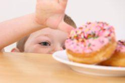Che fare se il figlio, la figlia mangia troppo o s'abbuffa?