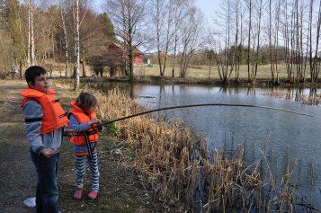 Divertimento all'aria aperta: pescare con i bambini