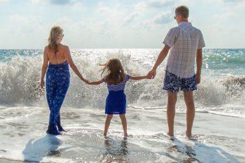 Missione mare o piscina: quali raccomandazioni tenere a mente per una giornata al sole con i bambini